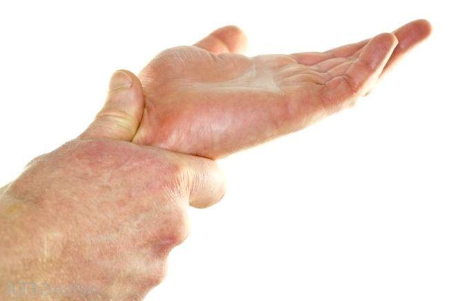 болить кисть правої руки