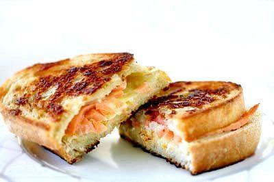 Гарячі бутерброди з червоною рибою