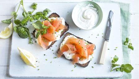 Святкові бутерброди з червоною рибою