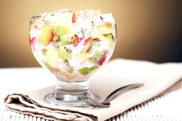 салат з фруктів з йогуртом