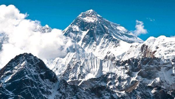 Де розташована найвища гора на землі?