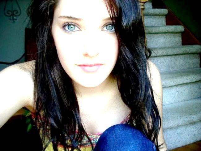 чорне волосся блакитні очі