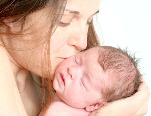 сон немовля дівчинка на руках