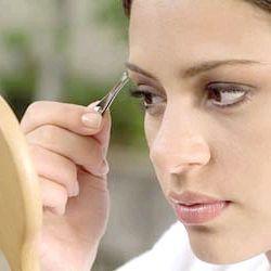 Як красиво вищипувати брови самостійно?
