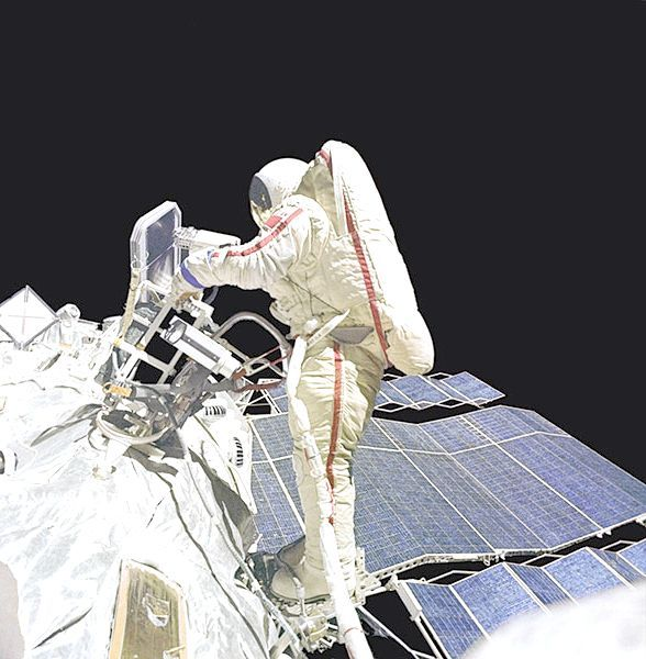 перші люди полетіли в космос