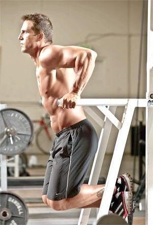 Віджимання на брусах - ефективна вправа для м'язів грудей і плечей