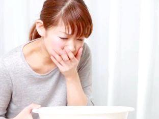 З яких причин у людини виникає блювота, нудота, пронос і температура?