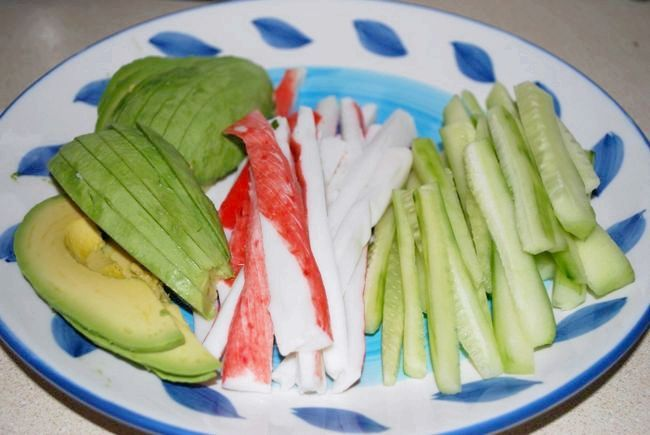 салат з авокадо і крабовими паличками і кукурудзою