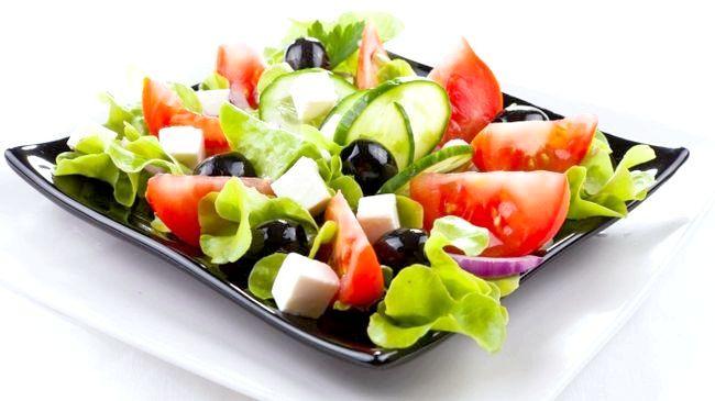 салат з маслинами і куркою