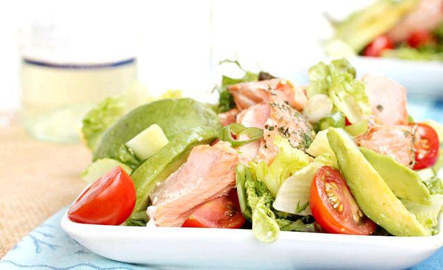 салат з солоною червоною рибою