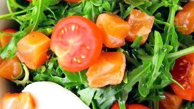 смачний салат з червоною рибою