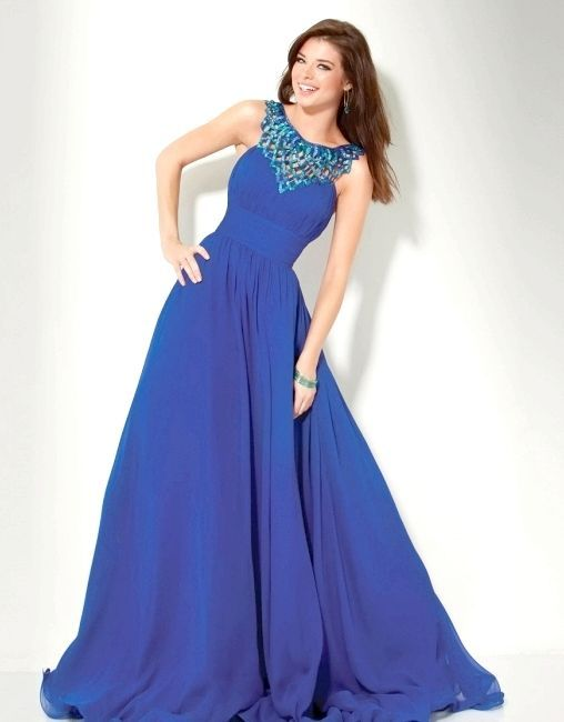 Синє плаття: стильна деталь в жіночому гардеробі