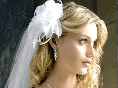Весільна зачіска на середні волосся