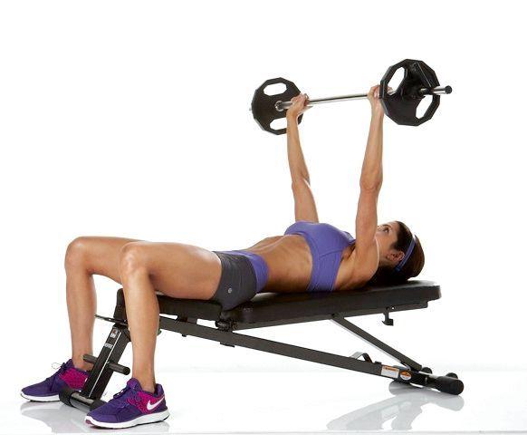 вправи для грудних м'язів для жінок в тренажерному залі