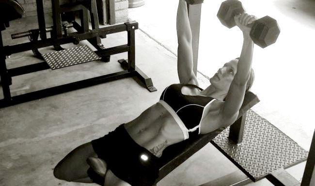 вправи для грудних м'язів для жінок з гантелями